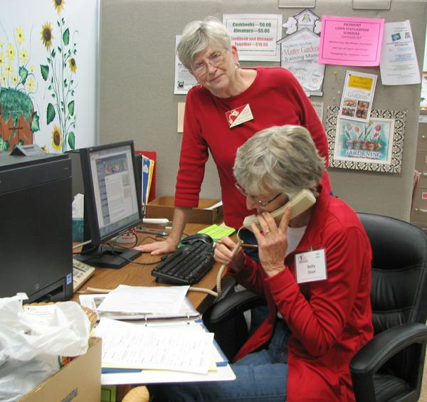 Photo of master gardeners answering the phones
